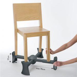 Kaboost stoelverhoger plaatsen onder stoel door de armen uit te trekken.